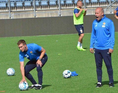 - Nå skal levere igjen og vi skal levere enda bedre, sier Godset-trener Henrik Pedersen (t.h.). Her på torsdagens trening med toppspillerutvikler Kjetil Lundebakken.