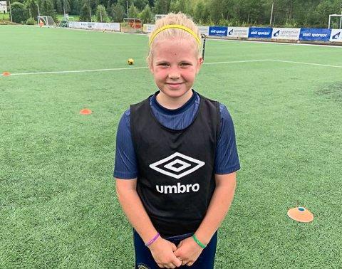 GLER SEG: Elvira Sagevik (10) gler seg til å spele fotballturnering igjen.