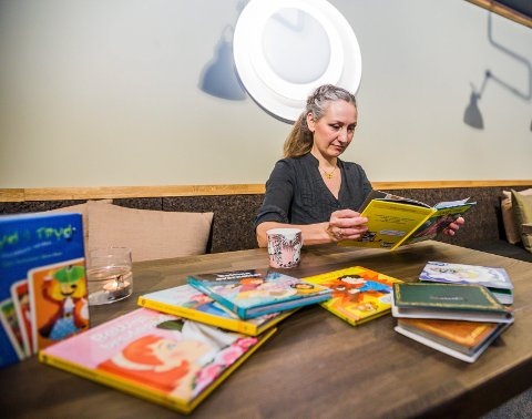 Godt mottatt: Debutboken til Monia Nilsen er godt mottatt, og forfatteren studerer selv sin første barnebok. Nummer to kommer før jul.