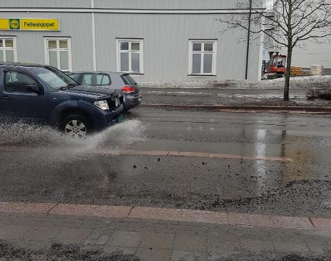 SPRUT: Det samlet seg mye vann i miljøgata, og trafikken sørger for at vinduer, biler og folk på fortauet får seg en ubehagelig sprut.