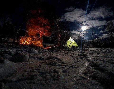 Påsketur i Rondane: Stemningsfull leirplass med bålkos og fullmåne.