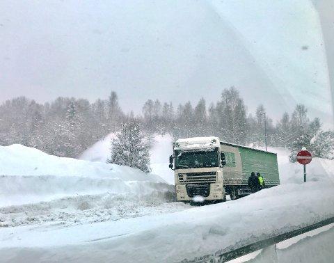 SPERRER: Det er ved E6 ved Vingrom at et vogntog sperrer innkjøringsfeltet til E6 mandag formiddag.
