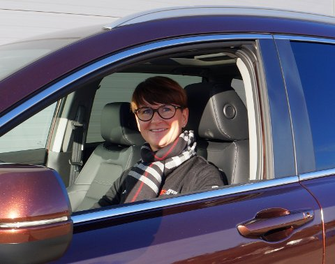 HØY FORMUE: Elisabeth Hanserud i sitt rette element; en ny Honda ved Harestua auto. – Jeg trives veldig godt her, sier hun.