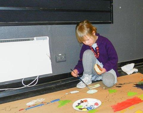 Hedda Ramfjord Holtan (5) syns det er helt naturlig å sitte på gulvet når man skal male et stort bilde. - Bildet er jo altfor stort for bordet, forklarer hun.