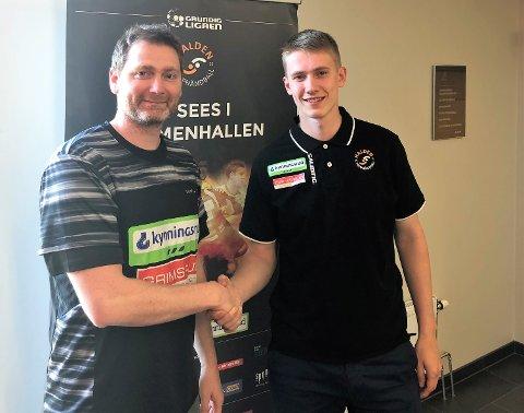 NY SPILLER: Jan Thomas Lauritzen (tv) ønsker Håvard Solheim Jenssen velkommen til Halden Topphåndball.