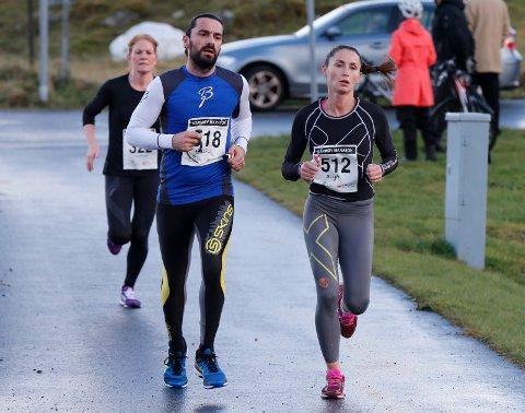 SPREKING FRA KOPERVIK: Floriana Alija (t.h.) kan kjempe i toppen av kvinneklassen i The Beast. Her er hun i aksjon i Karmøy Maraton i 2016. Halil Luta til venstre.