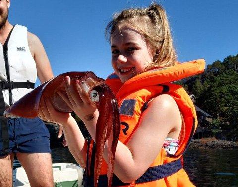 FORNØYD FISKER: Rhonda Vea (7) med lørdagens fangst.