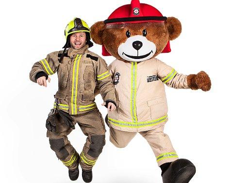 Brannbamsen Bjørnis (til høyre) blir fra neste torsdag av fast ansatt i Brann- og Redningstjenesten i Vefsn og Grane.