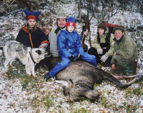 PÅ JAKT: Her sitter Vårin på elgen som jaktlaget felte 26. september 1998 i Smalfjord. Bak fra venstre Carl S. Aslaksen (bror), Magnar Aslaksen (pappa), Nadja Halvari (søskenbarn) og Nils Aslaksen (bestefar). Bilder: Privat