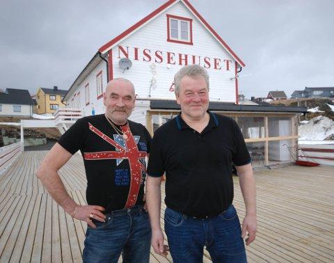 SKAL UTVIDE: Nissehuset er blitt et så populært utested at brødrene Odd-Einar Telie (t.v.) og Raymond Walsøe Tetlie skal utvide puben med tilbygget bak dem. I dag er dette røykerom. Røykerne skal i stedet få et annet tilbud.