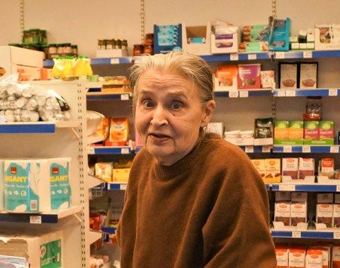 VETERAN: Annhild har hatt plass ved kassa i Forbrukerlaget i mer enn 50 år. Foto: Alvin Vaséli