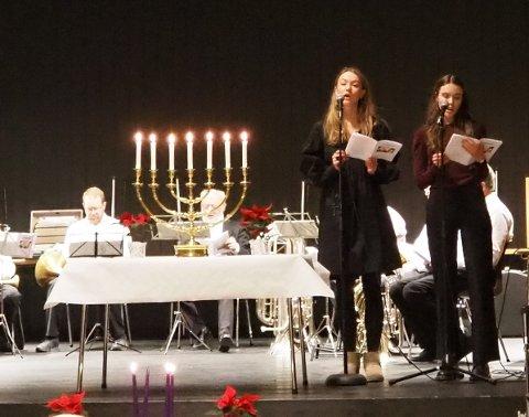 SOLISTER: Rutinerte sangere fra Vivace ungdomskor opptrådte under lysmessen. Fra venstre Sigrid Amalie  Bratsberg og Frida Denstadli Gjul.