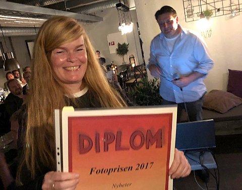JIPPI: Irene Mjøseng med beviset på at hun vant fotoprisen 2017 i Buskerud Journalistlag.