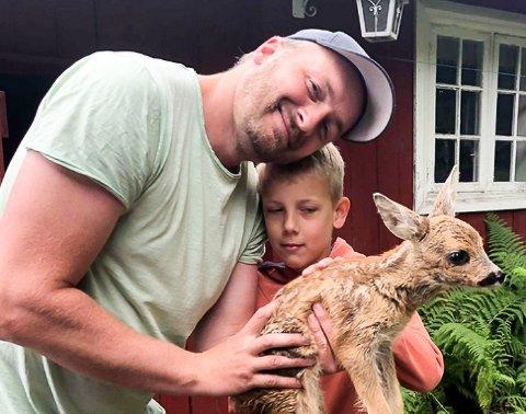 HJALP TIL: Både pappa Anders, sønnen Ola Bjørk Bakken og resten av familien sto på for å hjelpe de små firbeinte.