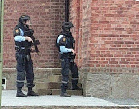 Det var flere lesere som tipset Moss Avis etter at bevæpnet politi ble observert flere steder i Moss sentrum.