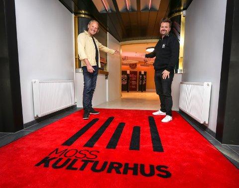 VELKOMMEN: Kulturhusleder Terje Kinn (til venstre) og programansvarlig Petter Fosse i Moss kulturhus er glade for endelig å kunne åpne dørene og rulle ut den røde løperen.