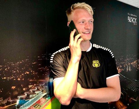 FOTBALL OG IPHONE: MFKs nye lånespiller Jonathan Lein Valberg (20) er ikke bare opptatt av fotball, på si drive han sitt eget lille firma som reparer og selger iPhone-telefoner. - Det er veldig greit å ha noe å gjøre ved siden av fotballen, bekrefter Valberg som tjente 2000 kroner på sin første iPhone-handel.