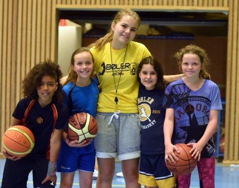 MORO MED BASKET: Andrea, Kathinka, elitespiller Pernille Lauritsen, Sara og Ida Sofie storkoste seg.