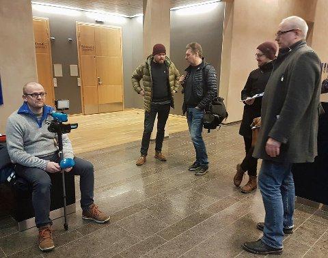 STORT OPPBUD: Mange pressefolk er til stede i Nord-Troms tingrett for å dekke fengslingsmøtet, hvor retten skal ta stilling til videre fengsling av den siktede samfunnstoppen.