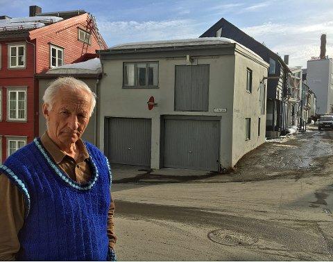 GAMMEL FABRIKK: Grønnegata 25 vitner om tidlig industri med sine lasteluker i andre etasje. - Jeg vil gjerne oppfylle kommunens krav, men må samtidig se hva som er praktisk og økonomisk mulig, sier Gunnar Nerdrum.