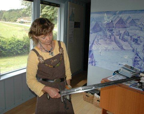 LÆRERIK JOBB: Wenche Hellum kan historien til de fleste gjenstandene som du finner på Kaupang.