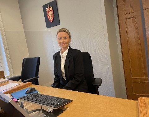 PÅ PLASS: Mari Gjersøe (43) bor i Tønsberg, og har fått ny jobb som dommer i Vestfold tingrett. Hun kommer til å ha sitt daglige virke i tinghuset i Larvik.