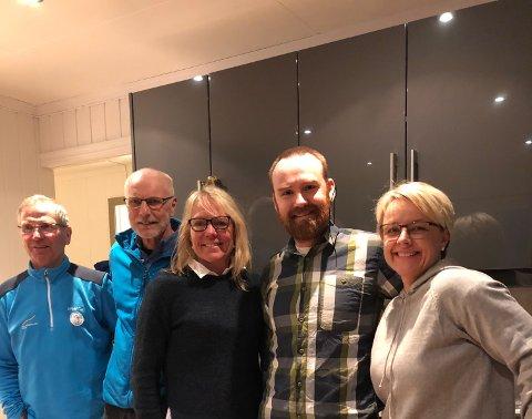FORNØYD: Lite å si på humøret til (fra venstre) æresmedlem Arnfinn Kalsoss, æresmedlem Johan Sætre, æresmedlem Anita Moen, styreleder Olve Norderhaug og Anja Aanold fra Sparebanken Østlandet.