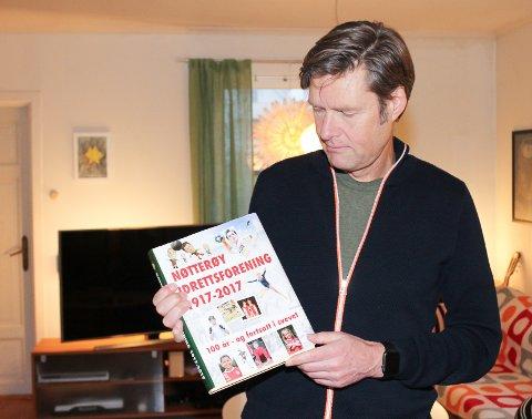 100 ÅRS JUBILEUM: Redaktør og forfatter av boka, Erik Hesby, er stolt over hva idretten har betydd for lokalsamfunnet.