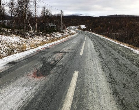 Ulykkesstrekningen: Det var på denne strekningen ved Umasjö ulykken skjedde. Som bildet viser har det nå blitt strødd på stedet i etterkant av ulykken. Videre gjør vi oppmerksom på at det røde som vises langs veien er markeringsfarge brukt av politiet i forbindelse med etterforskningen. Foto: Øyvind Bratt