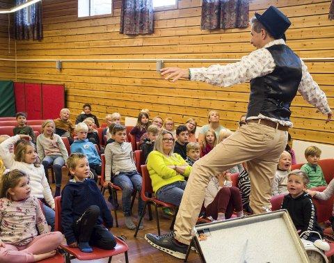Turné: Harald Stoltenberg (54) er på besøk på Gruben barneskole med boka si «Sverre Skrot og Ingenting» i regi av den kulturelle skolesekken. foto: inger gretasdatter