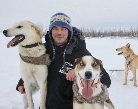 Joar Leifseth Ulsom er tildelt hundekjørerforbundets hederstegn i sølv og emalje, sammen med to andre legender innen sporten. Foto: Margot Fairbanks