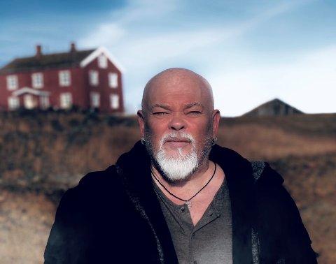 Sven Henriksen er Lillebror i HBOs nye norske serie, Velkommen til Utmark.