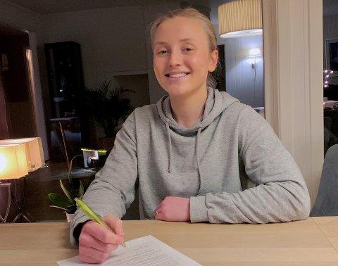 Her signerer Helene Getz Bergmo under på papirene for stipend hos Briar Cliff University i Iowa.