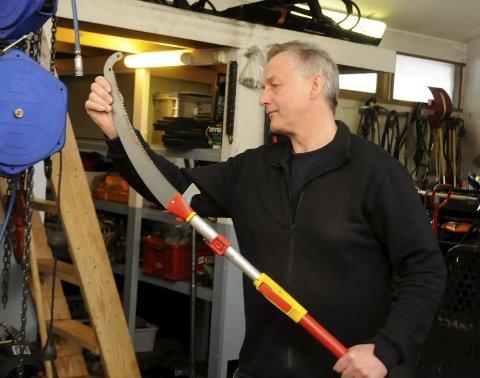 Løypebas Rolf Storbråten sjekker en greinsag. Utstyret må være i orden om det skal bli noen sving på sakene.