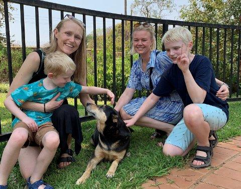 Den lille familie i nye omgivelser. Sigurd, Lillian, Idunn og Selmer og familiens «nyervede» hund