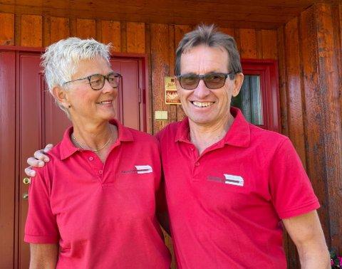 FIN TONE: – Vi har det hyggelig og morsomt på jobb, sier ekteparet Lise og Erling Hungerholdt fra Hole.