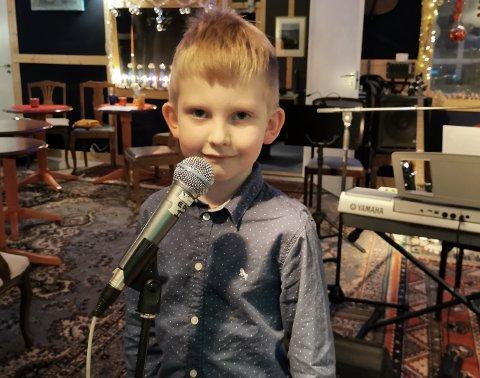 DEBUTERTE: Edvard Nyheim Sletnes (6) debuterte som sanger på scenen fjerde juledag. Han sang Sonjas sang til julestjernen.