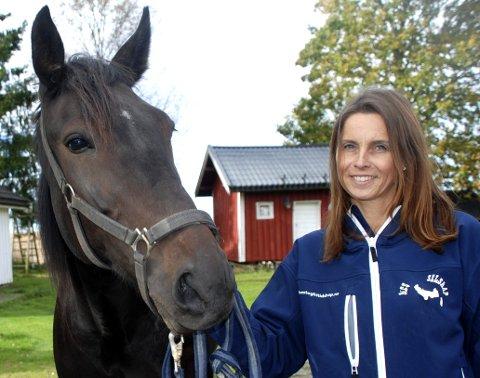 STALL D'ESTINO: Mona Lunde fra Sørumsand har nå tre hester på sin base på småbruket på Kløfta, hvor hun driver travhest-oppdrett med stor suksess. Her med den sju år gamle og framtidige avlshoppa Jambalaya O. Foto: Jon Wiik