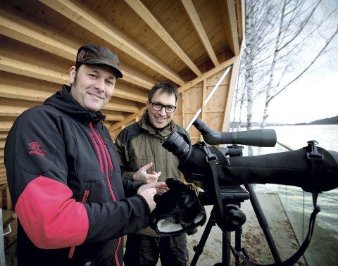 Erik A. Hansen (lengst unna) og Kenneth T. Lunna er ivrige fuglekikkere og vil ha med seg flere på å dyrke hobbyen sin. Nå har de etablert et eget nettsted for fuglekikkere. Nordre Øyeren og Østensjøvannet er to lokaliteter som ligger i eller nær vårt område.