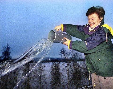 Høsten 2000 druknet Jeppedalen i Hurdal nesten i nedbør. I november kom det 507 millimeter regn og på to måneder ble det målt 850 millimeter. Våtere har det aldri vært på Romerike. Her er det Bitten Meaas som tømmer nedbørsbegeret på målestasjonen. Foto: Roar Grønstad