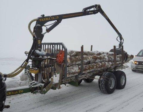 Kontrollørene fra Statens vegvesen stoppet en traktor med en uregistrert henger. I tillegg var hengeren uten baklys, og trestokkene var ikke merket.