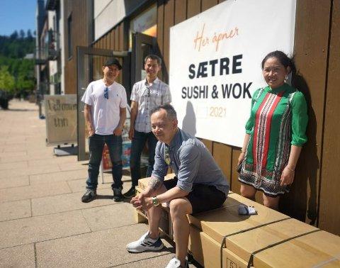 TAKE AWAY: Thai Binh Nguyen , Hai Tran, Chau Nguyen, og Thu Thi Hong Nguyen gleder seg til å servere sushi og wokmat om kort tid.