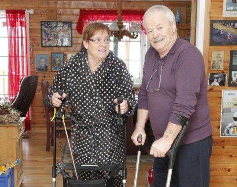 Avhengig av hjelp: Maggi Helgestad og samboeren Knut Enger er begge «pleietrengende» etter hun brakk ryggen og han skadet beinet. Nå takker de hjemmesykepleierne i Sande kommune.  Foto: Hege Frostad Dahle