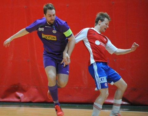 TUNG SESONG: Martin Christiansen (t.v.) og Sandefjord Futsal har underprestert store deler av sesongen 2016/17. Her fra hjemmeoppgjøret mot KFUM, der de lilla rotet bort seieren.