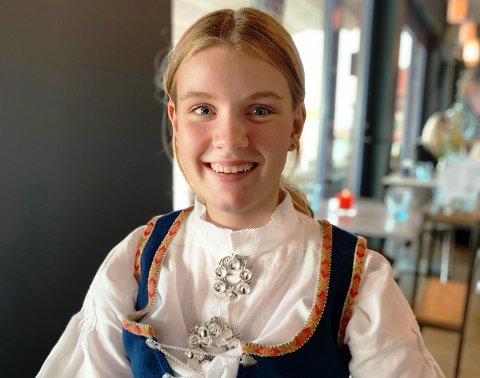AKTIV: Thea Løkebø (16) lar seg ikke stoppe av dårlig syn. Hun driver med svømming, sang, pianospilling, litt seiling, i tillegg til at hun er aktiv i Sandefjord ungdomsråd og elevrådet på skolen. – Det er en kabal som skal legges, og det er til tider veldig hektisk. Men jeg liker det. Og heldigvis har jeg greie foreldre som kjører meg rundt, sier Thea.