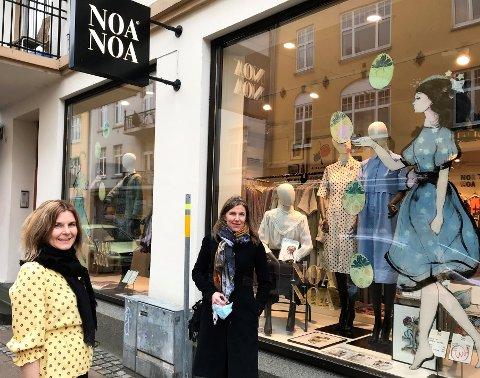 SKAPER LIV: Kirsti Kvien hos Noa Noa har fått kunstneren Verena Waddell til å male på vinduene.