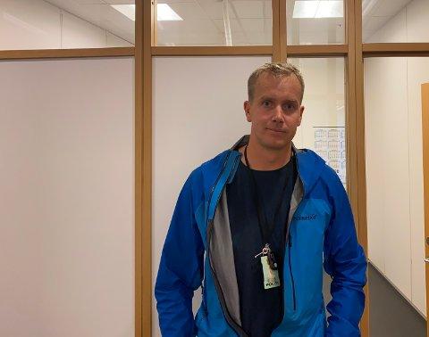 INFORMERER: Politibetjent Håkon Hesstveit informerer om hendelser som har preget Lura bydel de siste ukene.