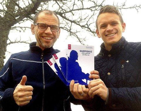 Lokal boksuksess: Alexander Klaussen og Ole-Henrik Andersen tår bak boken «Sarpequiz – 1.000 spørsmål om Olavs by».