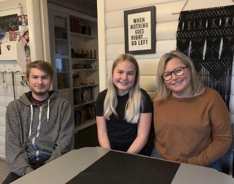 HJEMME HOS FAMILIEN: Tre av fem medlemmer i husstanden til familien Halvorsen; Jim-Levi (18), lillesøster Betty Linnea (15) og mamma Mona.