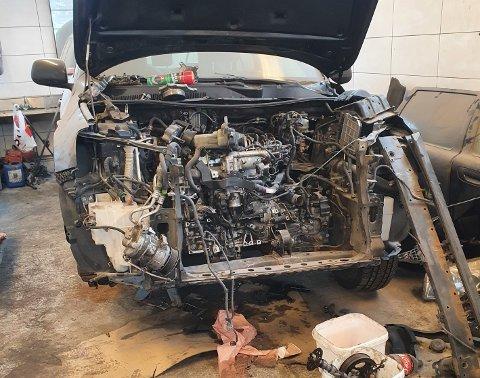 Bildet fra aksjonen viser et kjøretøy hvor motor er demontert for reparasjon eller motorbytte. Denne prosessen krever at store deler av forstilling og motoraggregater må demonteres.